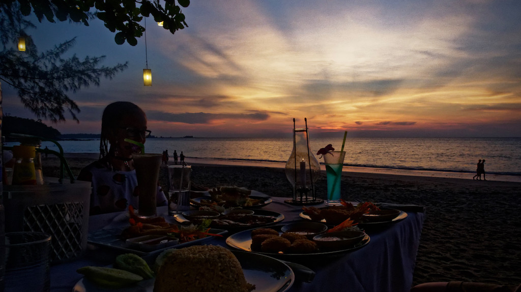 Sunset Diner vor atemberaubender Lichtkulisse am Strand von Khao Lak