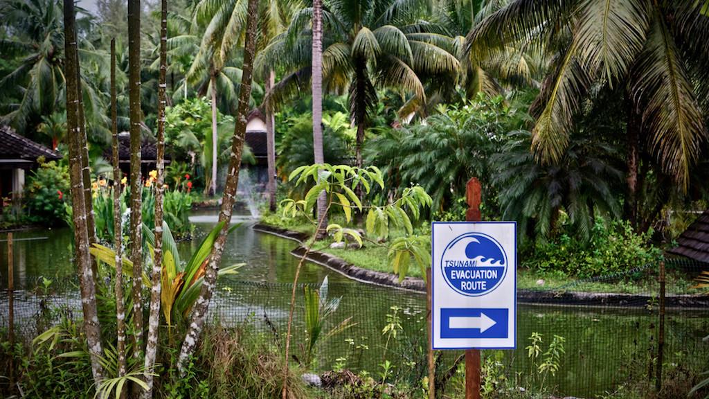 Dezenter Hinweis auf Tsunami-Fluchtroute in Khao Lak