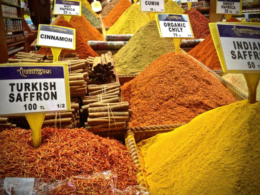 Spices on the Egyptian Bazaar in Istanbul. <em>Gewürze auf dem Ägyptischen Basar von Instanbul.</em>