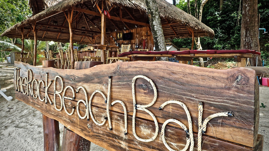 Aussteigertraum: The Rock Beach Bar am Strand von Khao Lak