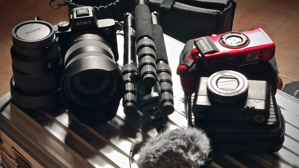 Es geht los. Check der Foto-Ausrüstung: Sony Alpha7II mit 24-105 mm <em>f</em>4 G und 16-35 mm <em>f</em>4 Zeiss, Sony RX100V, Olympus Tough 4 und Sirui Reisestativ.