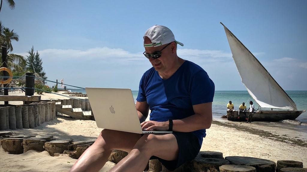 Bloggen am Strand unter Palmen