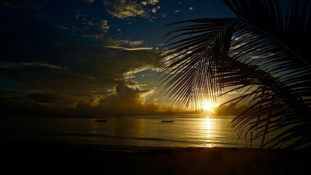 Malerischer Sonnenaufgang über dem Indischen Ozean, Kiwengwa, Sansibar