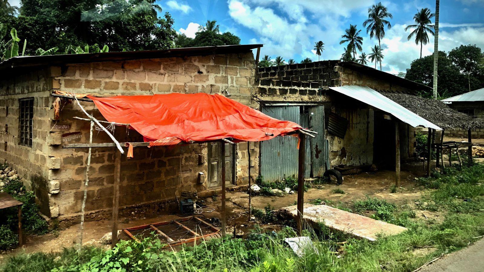 Unterwegs auf Unguja: Behausungen am Straßenrand.