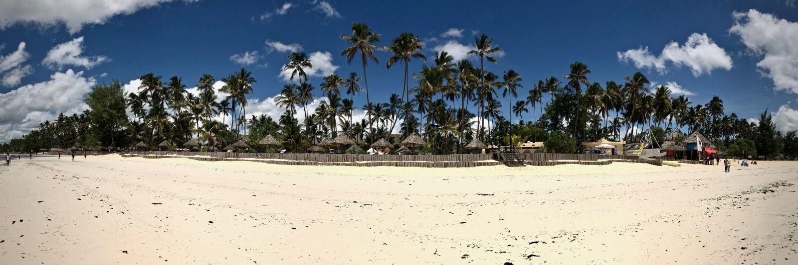 Klischeehaft paradiesisch: Strohdächer im Sand unter Palmen.
