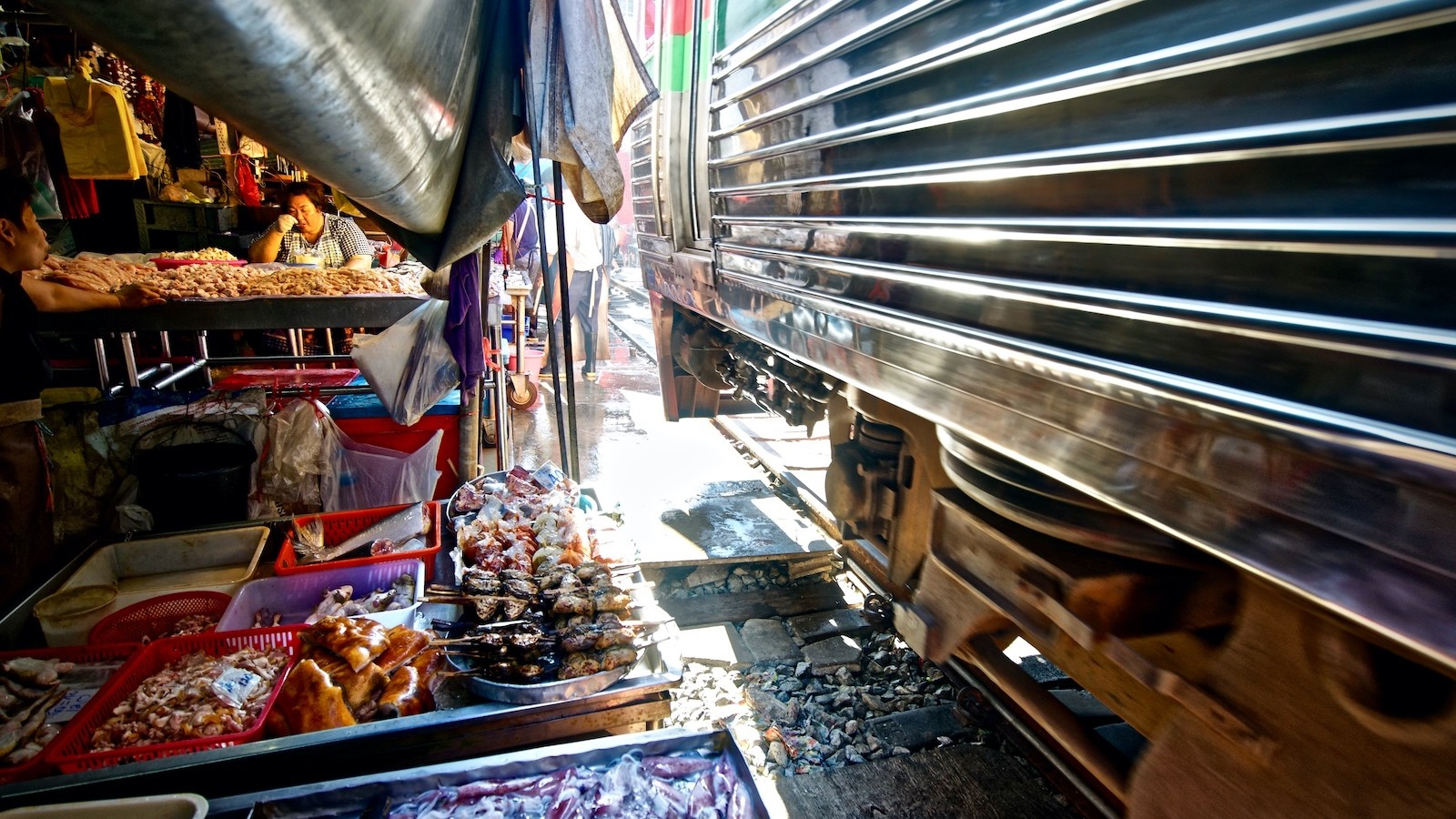 Zugdurchfahrt auf dem Train Market von Maeklong