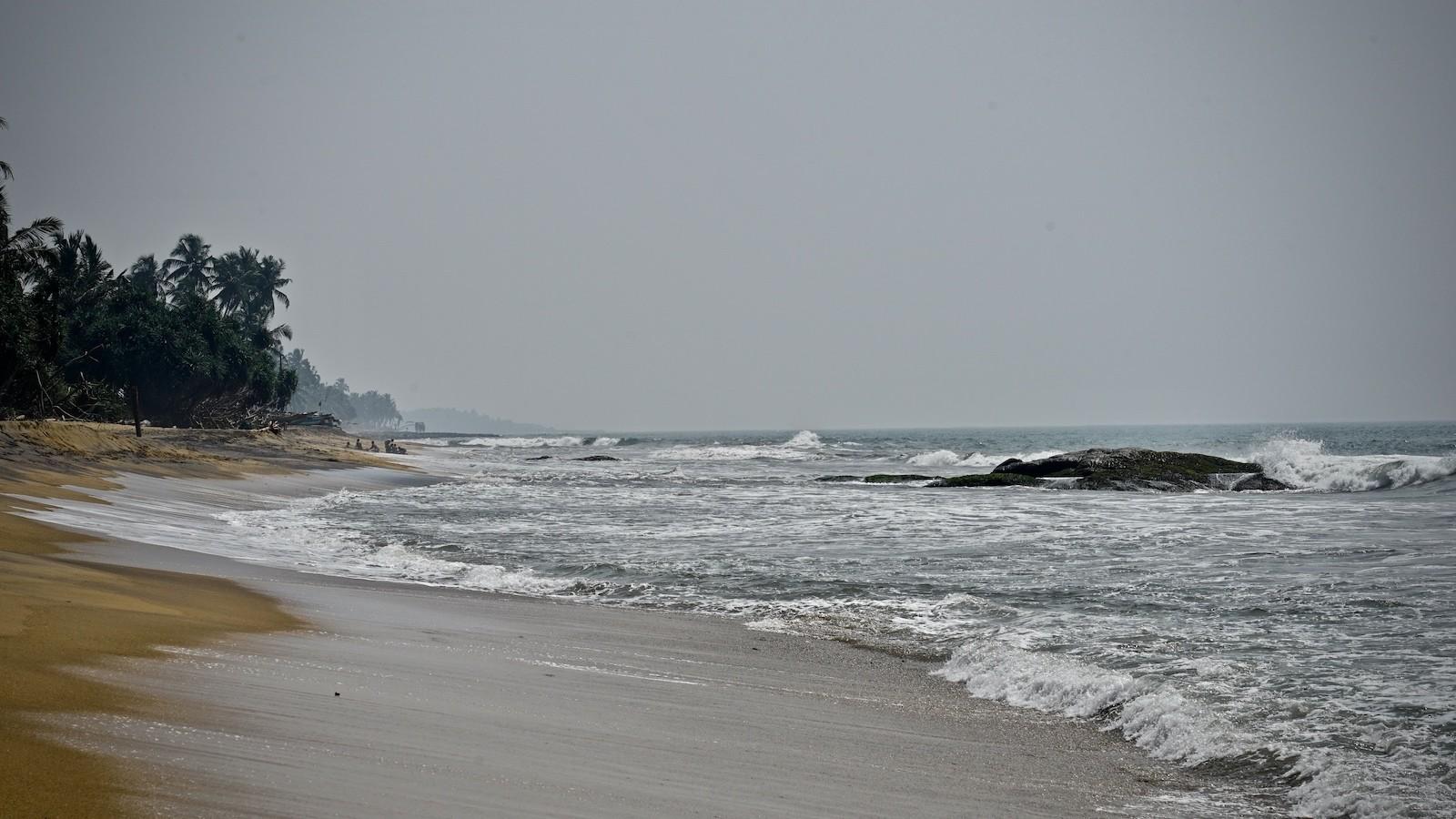 Brandung des Indischen Ozeans am Strand von Kalutara