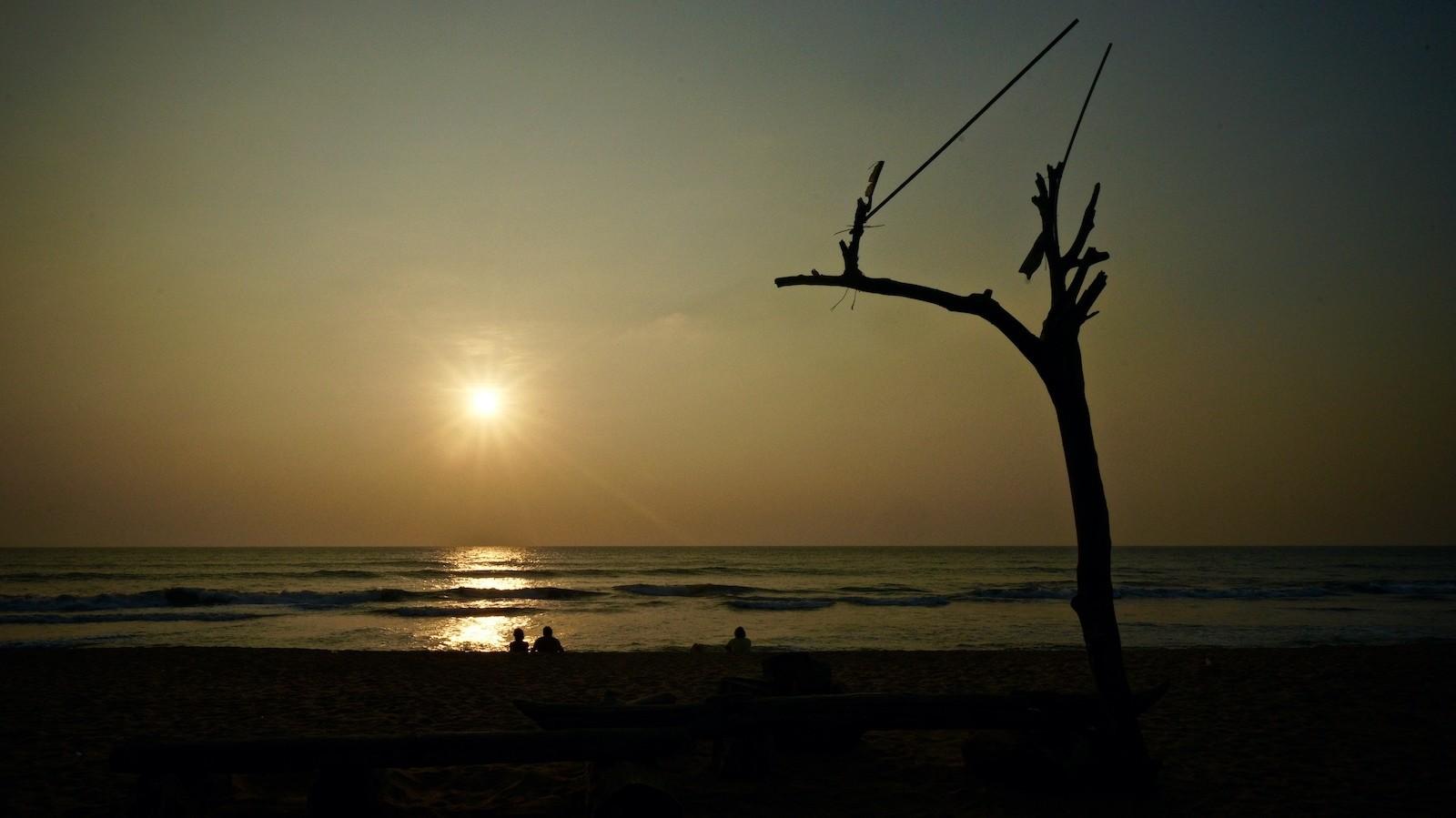 Paar beim Betrachten des Sonnenuntergangs am Strand von Kalutara