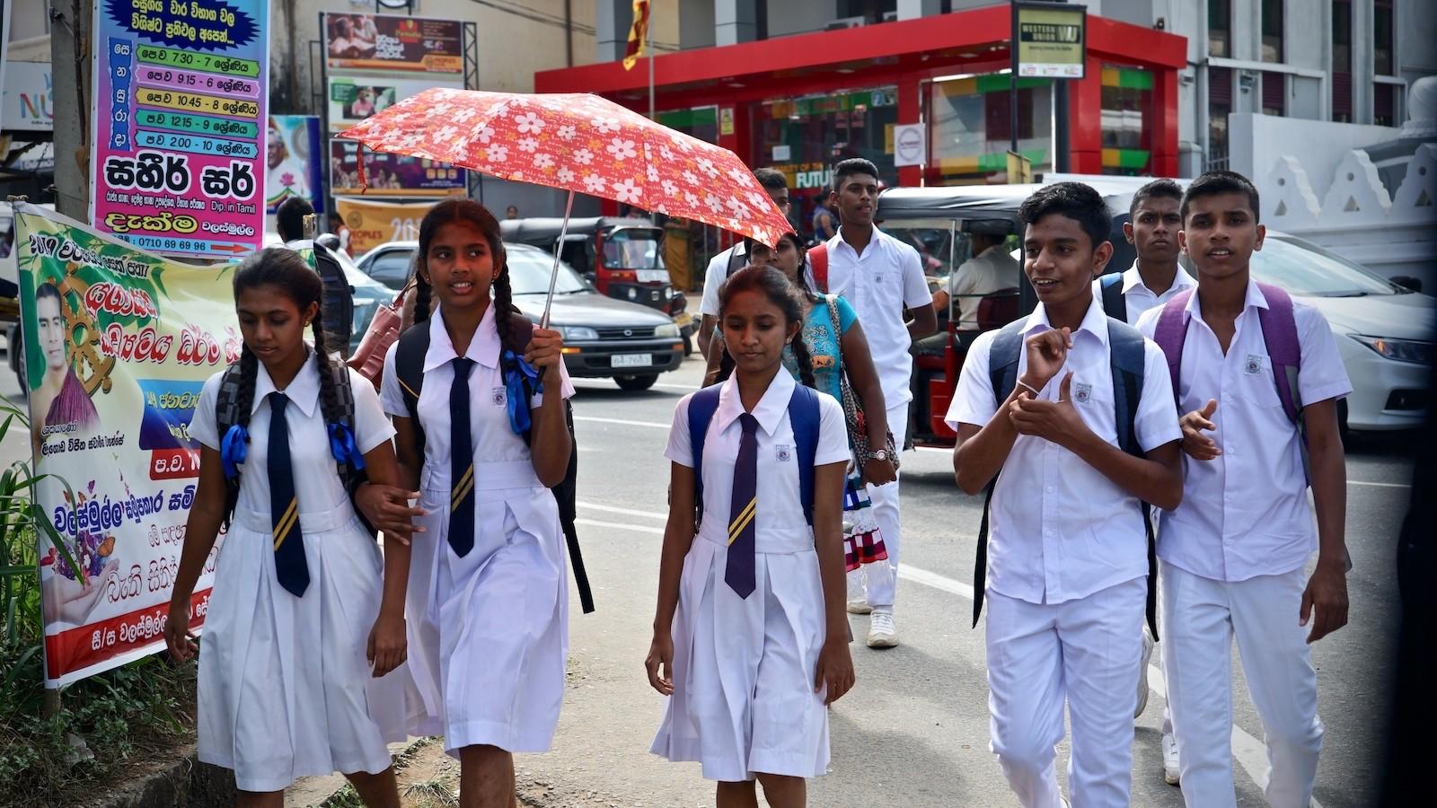 Schüler in Schuluniform in Sabaragamuwa, Sri Lanka
