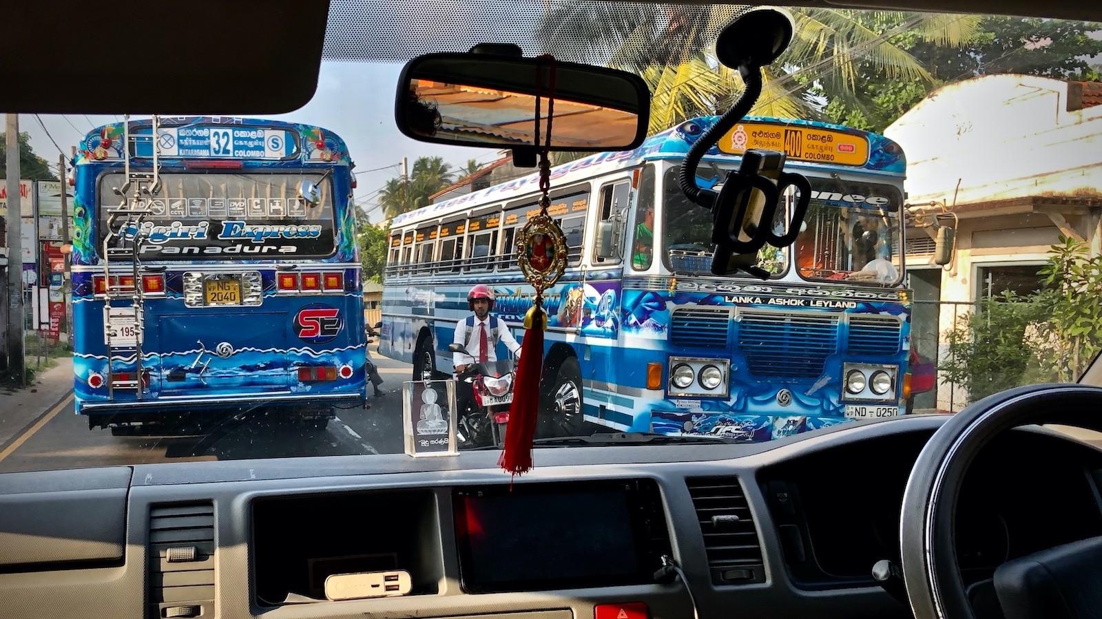Die Überlandbusse sind die unumstrittenen Könige der Landstraßen