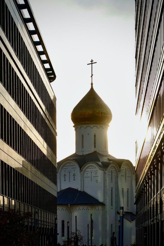 Moskau Kirche zwischen Bürofassaden