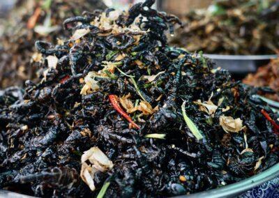 Skorpione, gewürzt und frittiert auf Skun Spider Market, Kambodscha