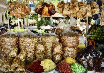 Es gibt so ziemlich alles auf dem Spider Market von Skun, Kambodscha